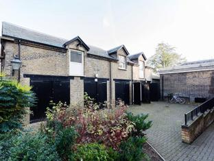 Veeve  2 Bed 2 Bath Mews House West Hill Putney
