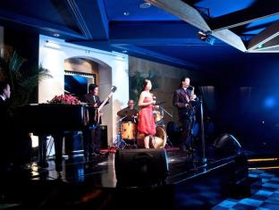 Diamond Hotel Manila - Sky Lounge Music Bar
