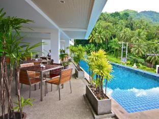 Villareal Heights Hotel Phuket - Swimming Pool And Breakfast Area