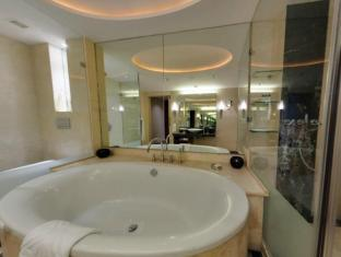 Taj Club House Chennai - Deluxe Suite Bathtub