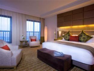 Traders Hotel Abu Dhabi by Shangri-La guestroom junior suite