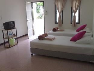 Natcha Guest House guestroom junior suite