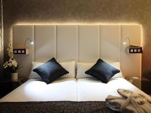 ➦  High Tech Hoteles    customer rating