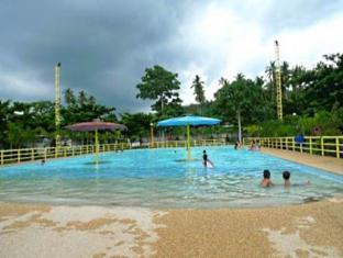 Camp Holiday Resort & Recreation Area Davao - Piscina