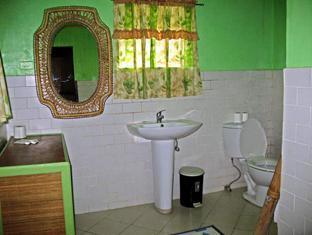 Ravenala Resort Cebu - Family Room Bathroom