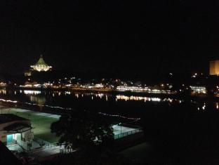 Woodpecker Lodge Kuching - Night view from roof top