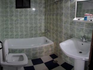 Majestic Tourist Hotel Kandy - Bathroom