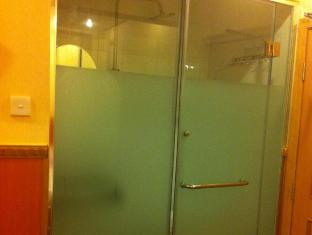 3D-Inn HongKong Hong Kong - Half-transparent shower & toilet