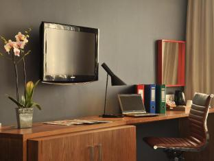 Park Inn by Radisson Foreshore, Cape Town Cape Town - Spacious working desk in rooms