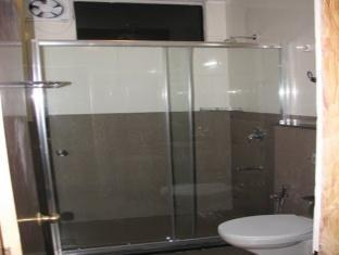 Holiday Plaza Hotel Srinagar - Bathroom