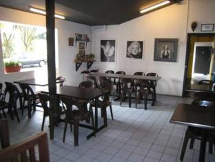 Traveller Homestay Kuching - Coffee shop seating area