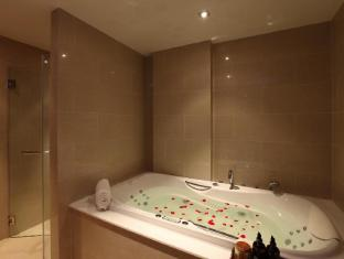 Kalim Beach Place Phuket - Duplex pool suites Jacuzzi bathtub