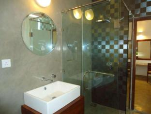 The Ocean Front Hotel Colombo - Deluxe Bathroom