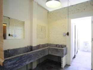 2W Cafe & Hostel Phuket - Shared Bathroom