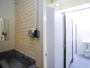 2W Cafe & Hostel Phuket - Bathroom