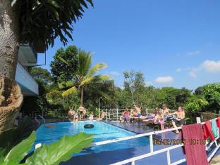 Blue Haven Guest House Kandy - Using Pool