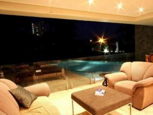 LaLuxe Bed & Breakfast Durban - Lounge by the Pool side
