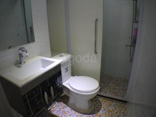 Capital Guest House Hong Kong - Separate shower