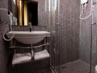 Valenza Hotel & Cafe - Bathroom