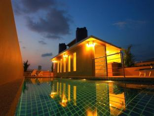 88 Hotel Phuket - Swimming pool at night