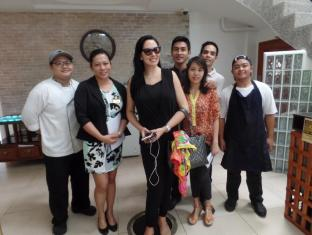 WellCome Hotel Cebu City - The Staff & Crew with a famous world celebrity