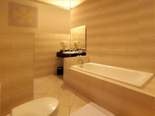 Kuta Central Park Hotel Bali - Bathtub facilities at Suite room