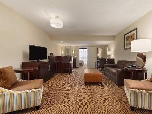 room of Embassy Suites Market Center Hotel