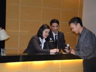 Emilia Hotel By Amazing - Palembang - Reception