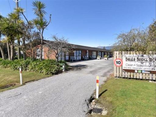Best guest rating in Westport ➦ Bazils hostel & Surf School takes PayPal