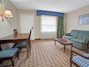 Howard Johnson by Wyndham Lake Front