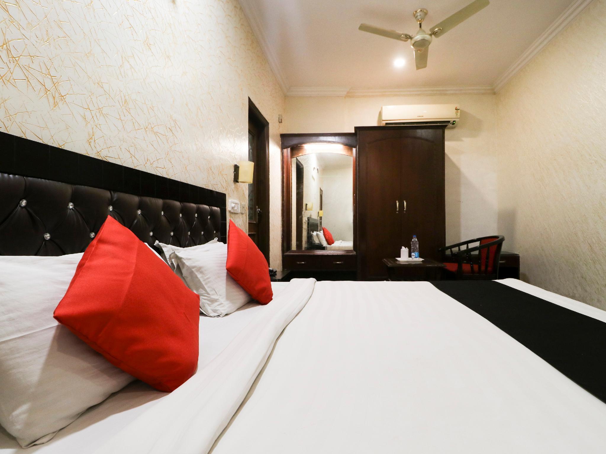 Capital O 5438 Hotel Shiraaz 2