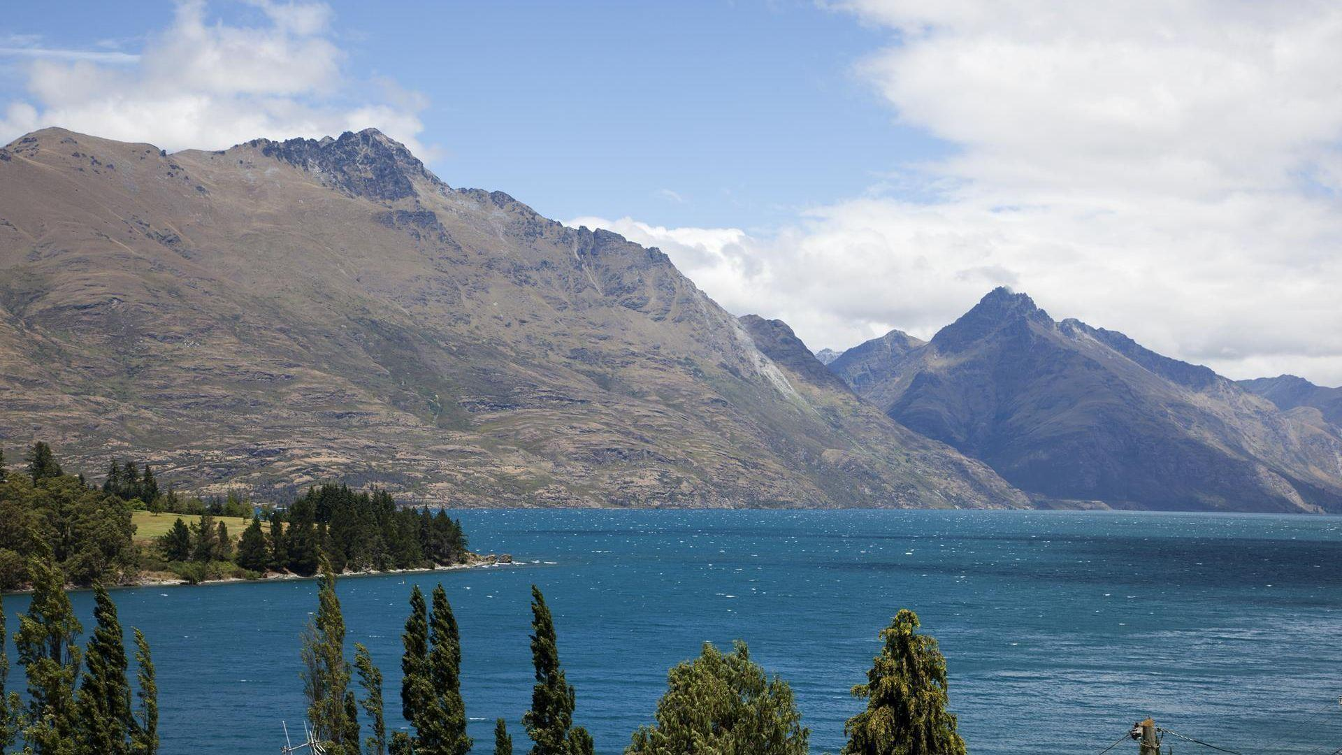 Picture Relaxing In This Chic Apartment With Magnificent Views Of The Remarkables And Lake Wakatipu