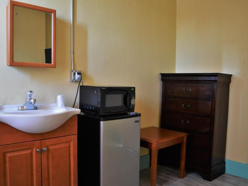 Deluxe Twin with shared bathroom