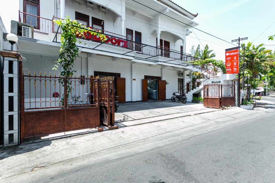 RedDoorz Near Puro Mangkunegaran