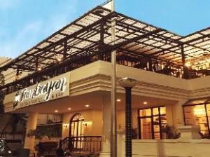 Tambayan Capsule Hostel & Bar