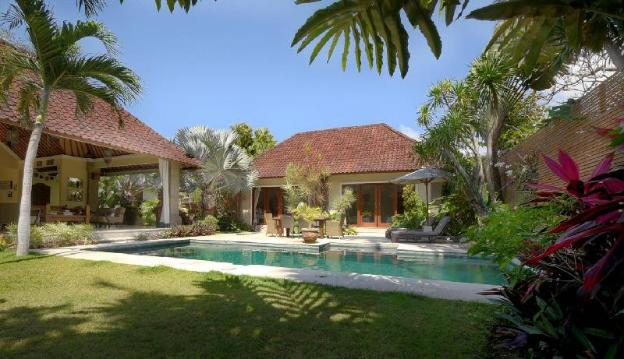 Stylish Tropical Oasis - Huge garden & pool