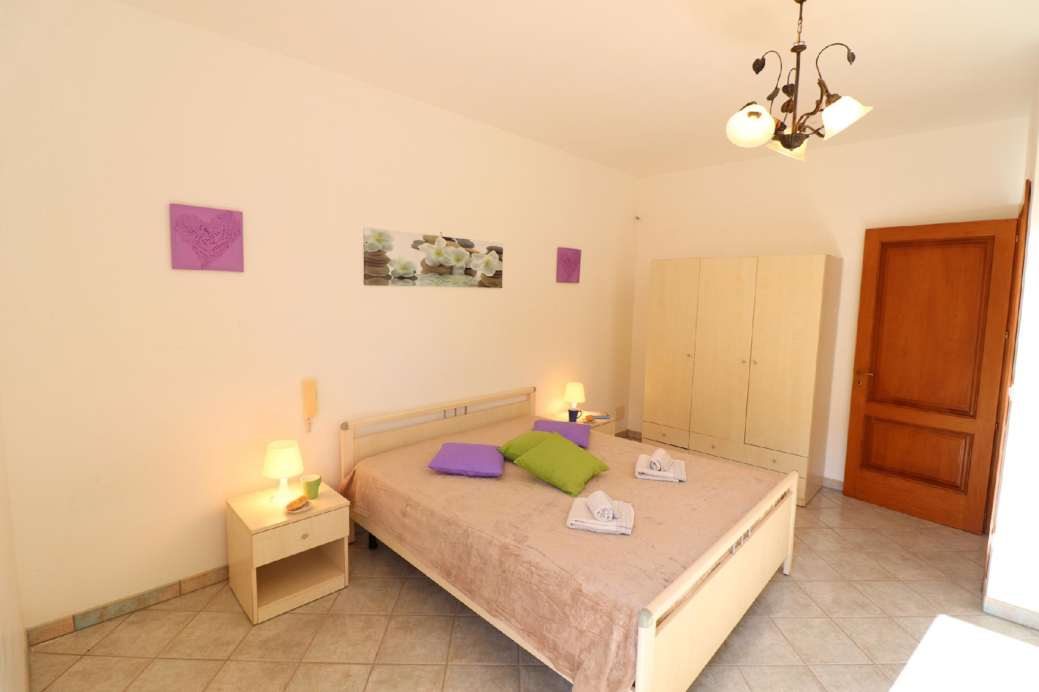 Central Apartment With Wi-fi, Air Conditioning And Balcony Pets Allowed