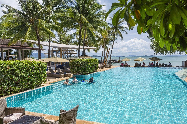 Coconut Island Tropical Jacuzzi Suite