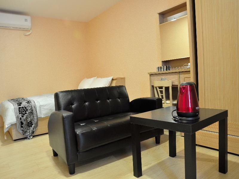01 Standard Double Room A   Gonguang MRT Exit. 1