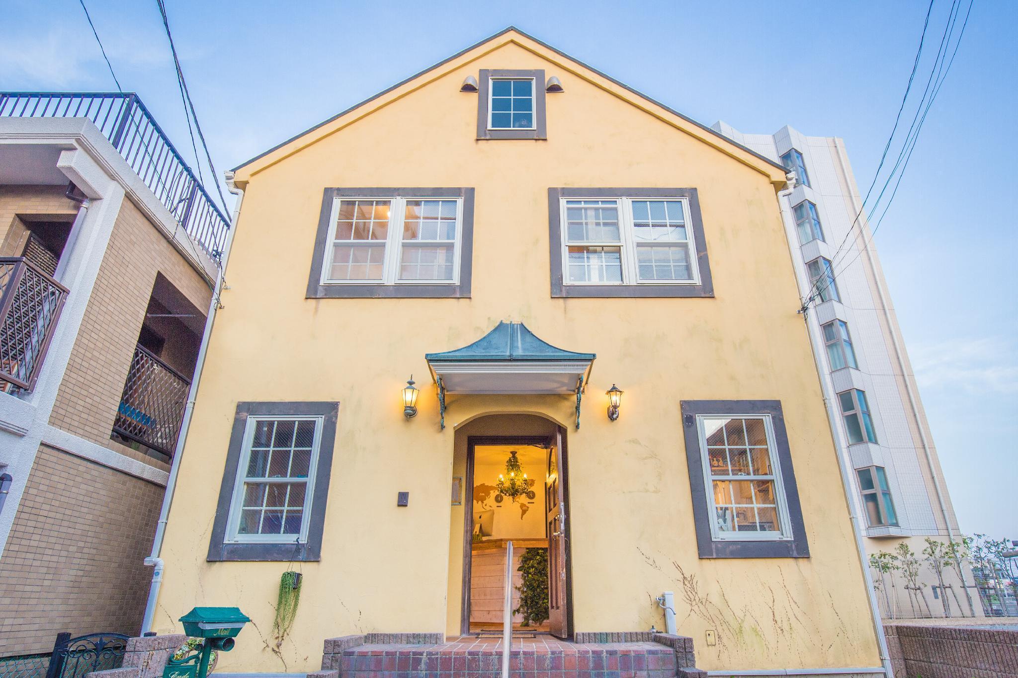 IZA Enoshima Guest House & Bar