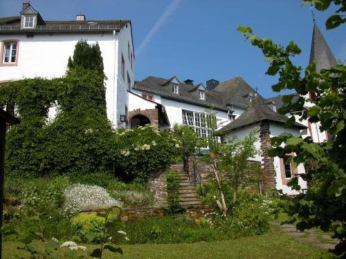 Burghaus And Villa Kronenburg