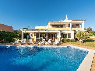 Cozy Villa in Albufeira with Swimming Pool