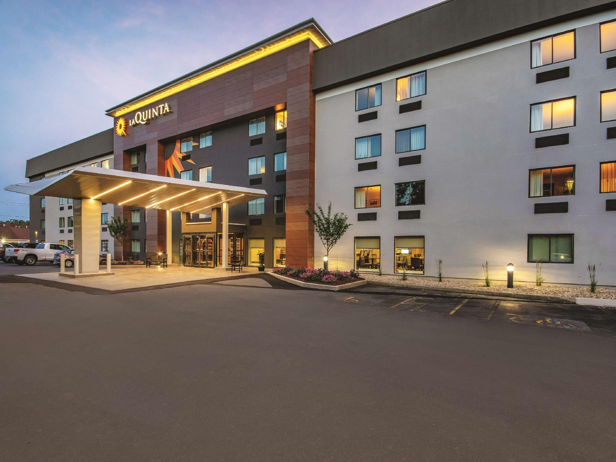 La Quinta Inn And Suites By Wyndham Hartford   Bradley Airport