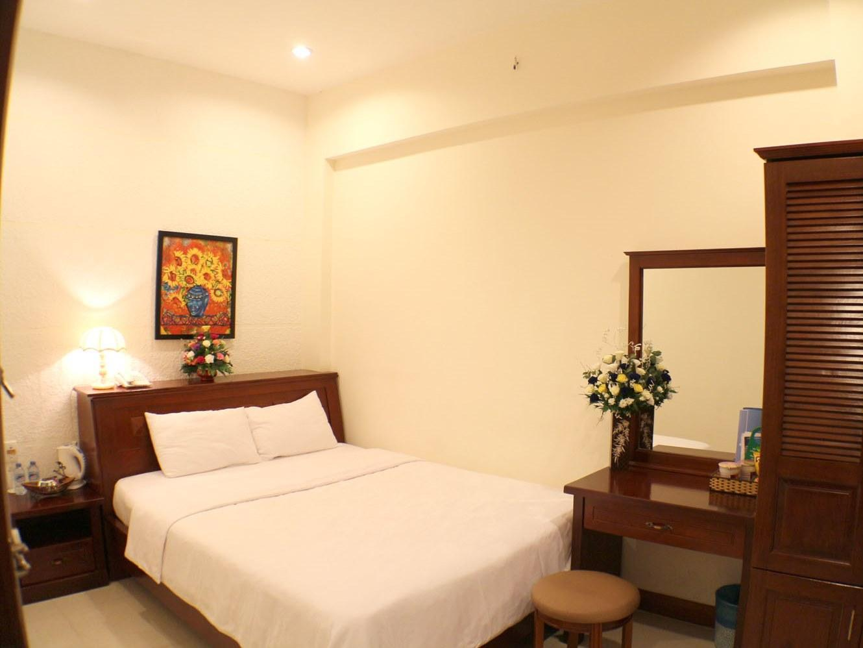 City Hotel – 18 Luu Van Lang St. 4