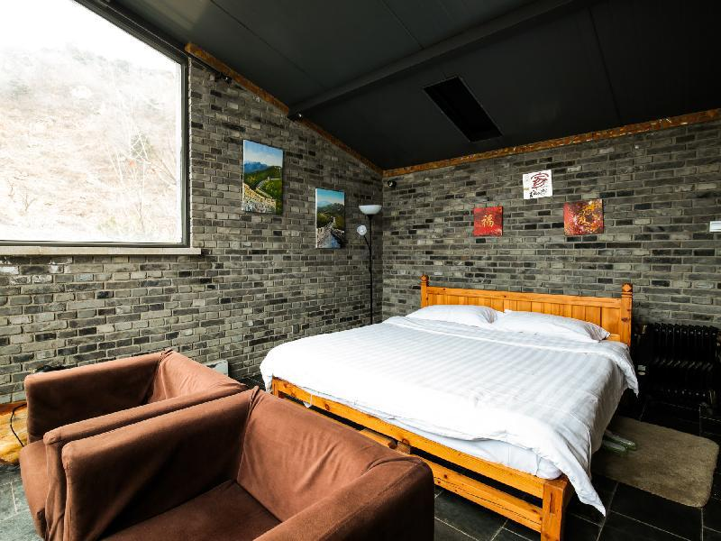Deluxe Double Bed With Great Wall View