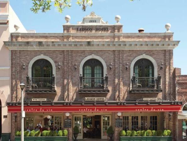 Ledson Hotel And Zina Lounge