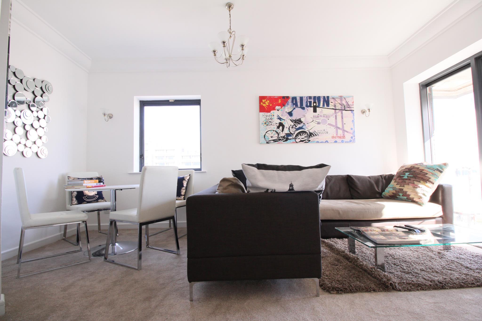 Stylish Central 2 Bed 2 Bath Apartment + Balcony