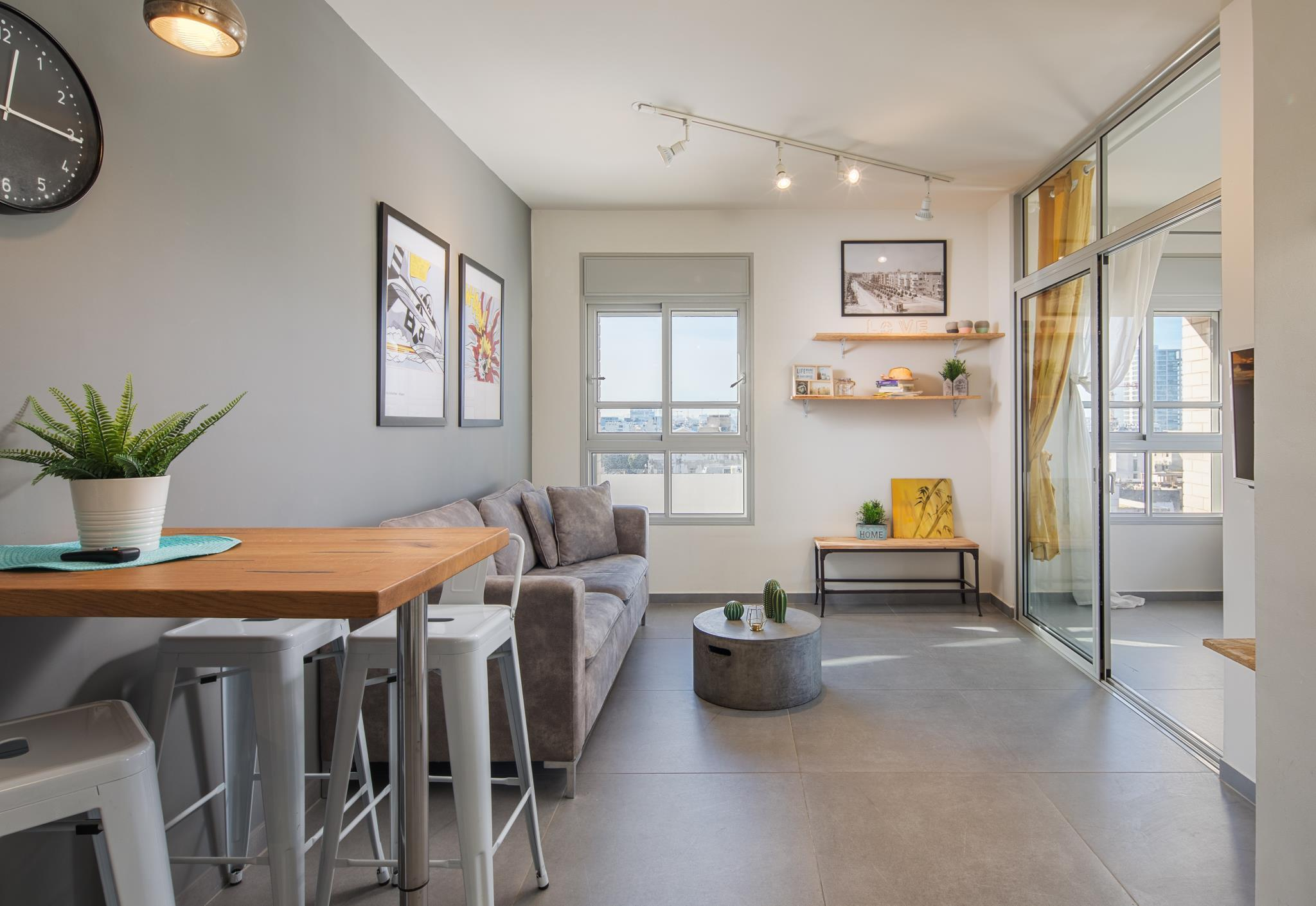 2 mins from beach renovated flat!
