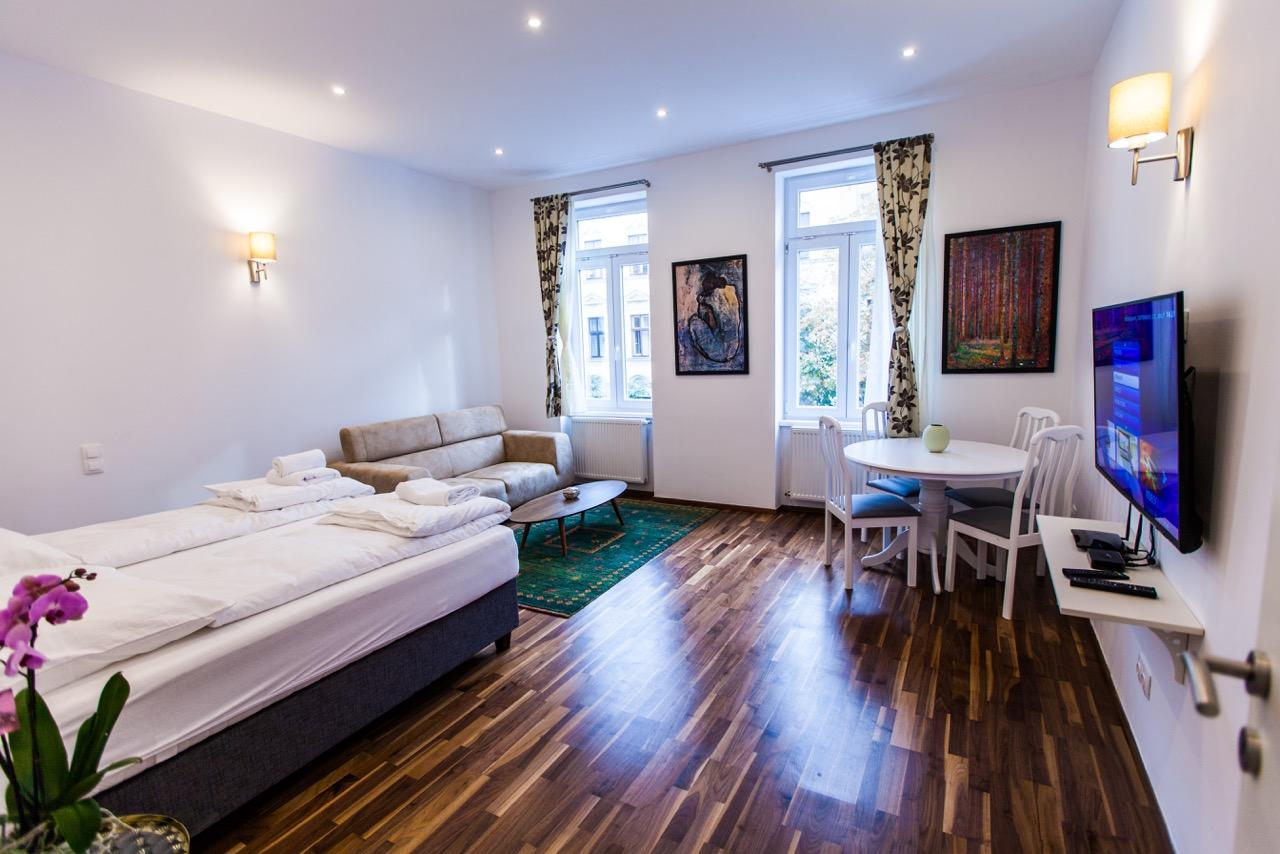 Cosy 2 Bedroom Apartment + Free Garage