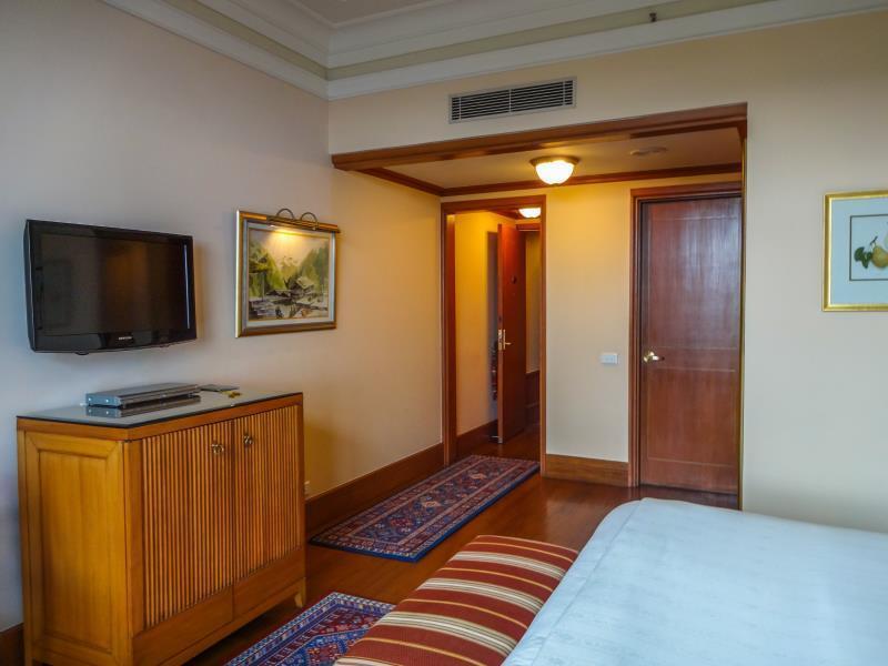 Suite Room Exterior Meeting Interior Null